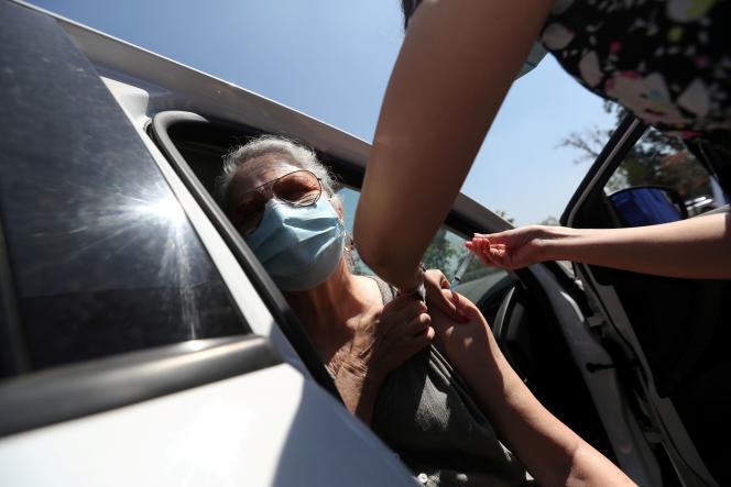 Vaccination avec une dose de Sinovac le 26 février 2021 dans un centre de vaccination en drive-in à Santiago.