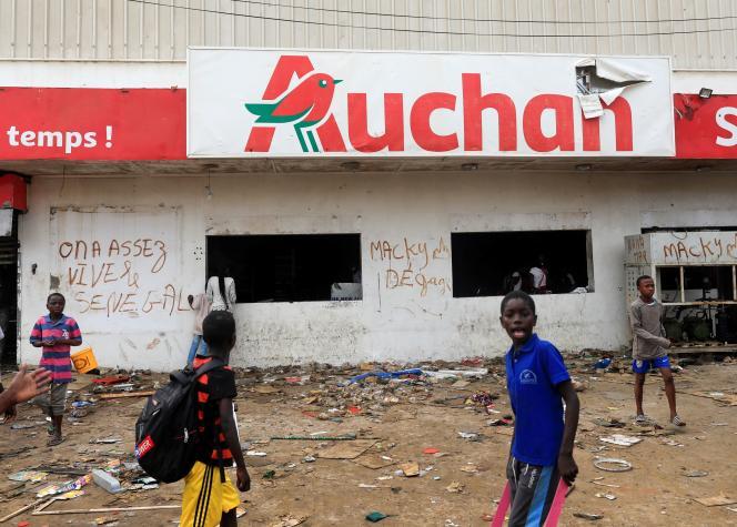 Un supermarché Auchan saccagé, à Dakar, le 5 mars.