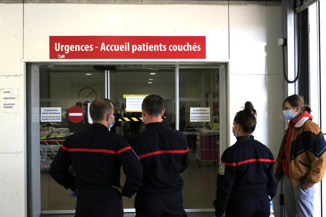 Des pompiers patientent à l'accueil des urgences des patients couchés, à l'hôpital Pasteur 2, à Nice, le 26 février.