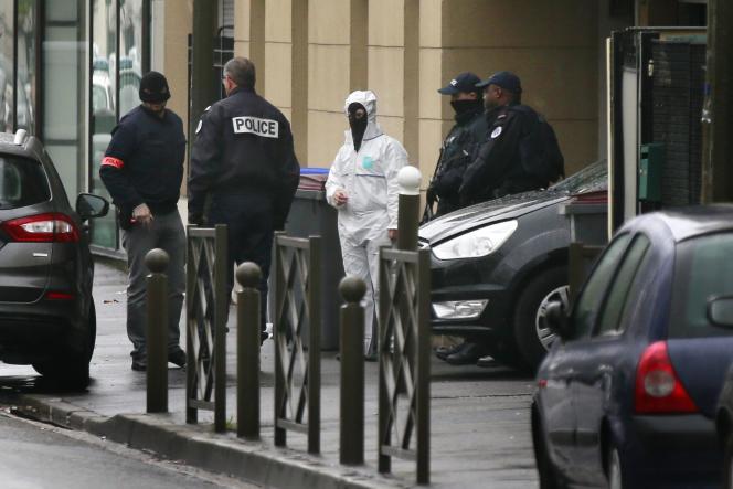 Des policiers et enquêteurs mènent une opération antiterroriste à Argenteuil (Val-d'Oise), le 25 mars 2016.