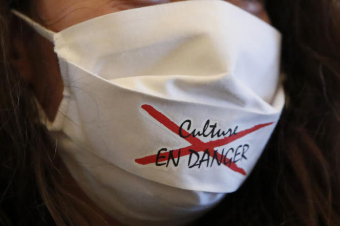 Un masque«Culture en danger» porté par une intermittente du spectacle lors de l'occupation de l'Odéon-Théâtre de l'Europe à Paris, le 5 mars 2021.