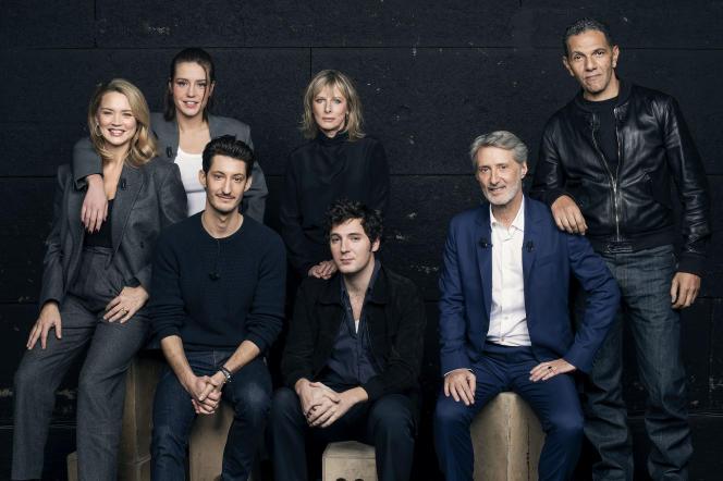 Antoine de Caunes, entouré (de gauche à droite) des actrices et acteurs Virginie Efira, Adèle Exarchopoulos, Pierre Niney, Karin Viard, Vincent Lacoste et Roschdy Zem pour son émission«Profession:acteur.trice».