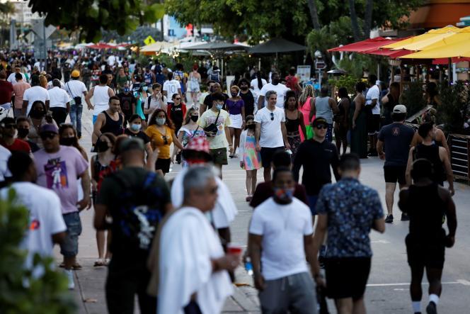 Des passants sur Ocean Drive, à Miami Beach en Floride, le 5 mars.