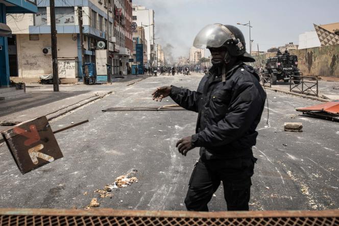 Les forces de l'ordre sécurisent le centre-ville après le déclenchement d'émeutes, àDakar, le 5 mars.
