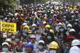 Des manifestants fontle salut à trois doigts en signe de résistance contre le coup d'Etat militaire en Birmanie, samedi 6 mars à Mandalay.