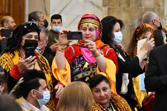 Los fieles esperan al Papa en la Iglesia de Al-Tahira, que fue incendiada por ISIS y luego rehabilitada en Qaraqosh, en el norte de Irak.