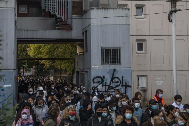 Marche blanche dans les rues de Saint-Ouen, le 25 septembre 2020. Sur le mur, le tag«24/24» indique un point de deal ouvert non-stop.
