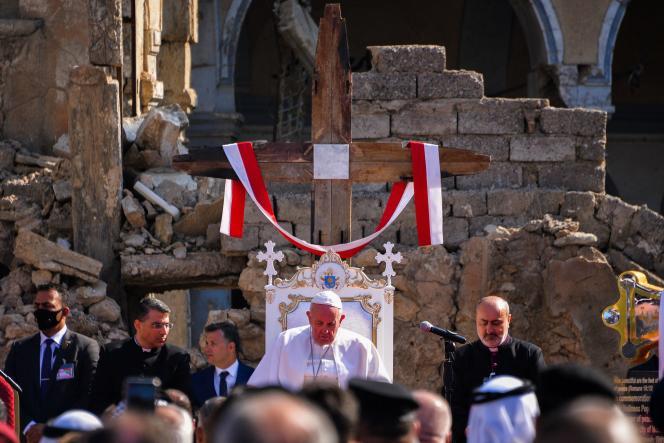 Plusieurs centaines de personnes se sont pressées en costumes traditionnelspour la visite du pape François à Qaraqosh (Irak), le 7 mars 2021.