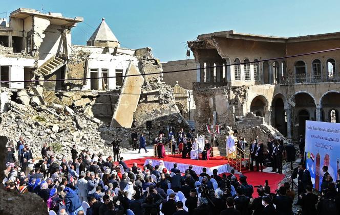 Le pape François prend la parole près des ruines de l'église syriaque catholique de l'Immaculée-Conception, au nord de Mossoul, le 7 mars 2021.