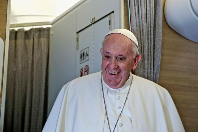 Le pape François lors de sa conférence de presse dans l'avion papal d'Alitalia à son retour d'Irak, le 8 mars 2021.