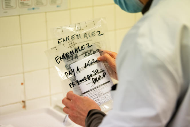 A Paris, en février 2021, des tests de vaccins Johnson & Johnson sur des volontaires sont rassemblésdans des enveloppes au nom de l'étude : «Ensemble».