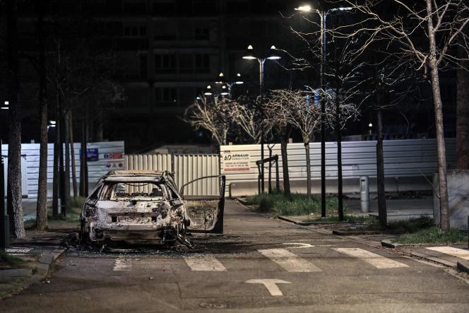 Des voitures brûlées suite à des émeutes dans le quartier de Parilly à Bron, le 6 mars 2021.