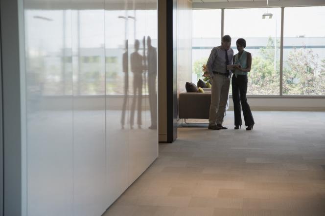Des travailleurs du secteur de la finance dans leurs bureaux.