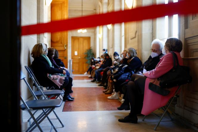 Des personnes patientent pour se faire vacciner à la mairie du 3e arrondissement de Paris le 7 mars.