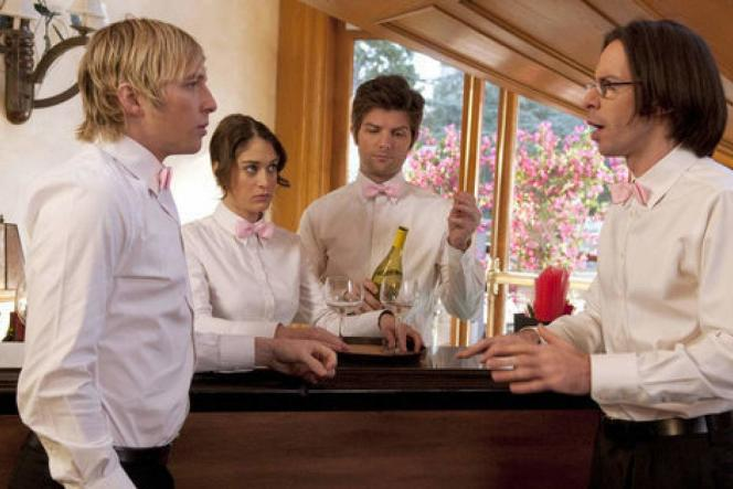 Ryan Hansen, Lizzy Caplan, Adam Scott et Martin Starr, dans « Party Down ».