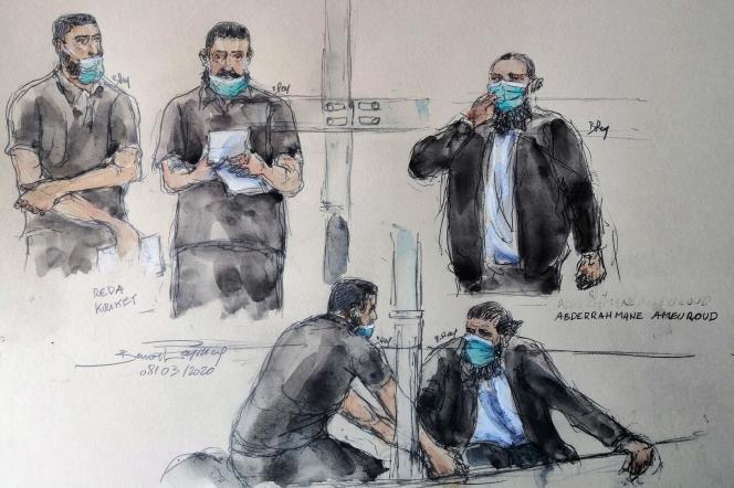 A gauche, Reda Kriket lit un texte expliquant son choix de défense, le 8 mars. A droite, l'un de ses co-accusés, Abderrahmane Ameuroud.