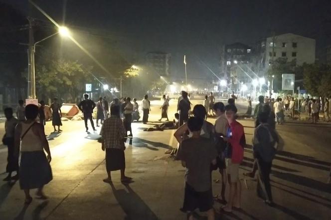 A Rangoun, des habitants bravent le couvre-feu, dans la nuit de lundi 8 à mardi 9 mars.