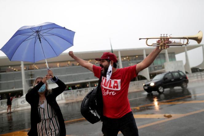 Partidários de Lula protestam contra Jair Bolsonaro no dia 8 de março em Brasília.