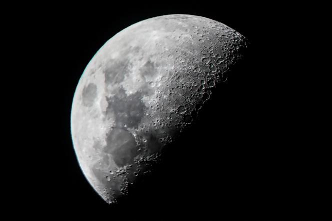 La lune vue de Mandalay, en Inde, le 10 juin 2019.