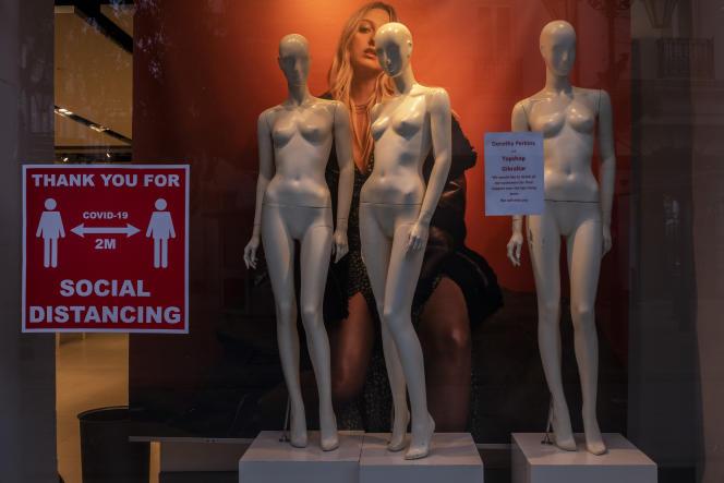 La vitrine d'un magasin à Gibraltar, le 4 mars.