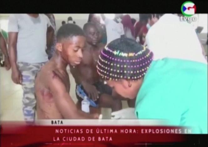 Une victime de l'explosion reçoit des soins dans un hôpital de Bata, le 7mars 2021, selon des images de la TVGE.