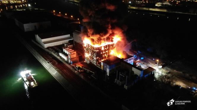 L'incendie de l'entreprise OVHcloud à Strasbourg le 10 mars 2021, photographié par les Sapeurs-pompiers du Bas-Rhin.