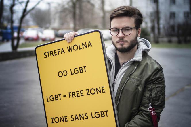 Bart Staszewski, militant pour les droits des personnes LGBT, tient une pancarte pour protester contre les résolutions homophobes polonaises, à Varsovie, le 24 janvier 2020.