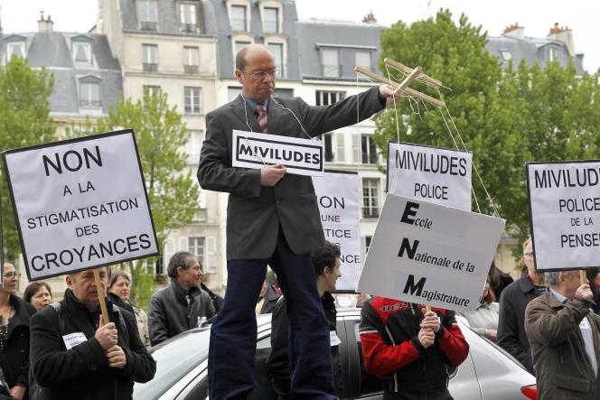 Manifestation de membres de la Scientologie contre la Miviludes, en 2012 à Paris.