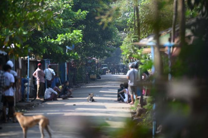 Tentara memblokir jalan untuk menangkap personel kereta api yang terlibat dalam gerakan pembangkangan sipil di stasiun Ma Hlwa Gone di Yangon pada 10 Maret.