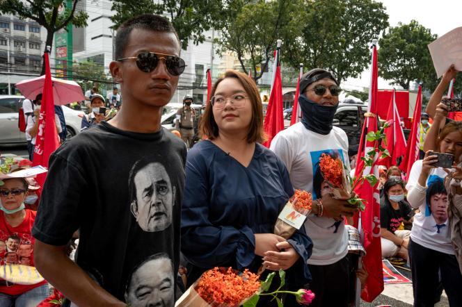 Les militants pro-démocratie Panupong Jadnok (à gauche), Panusaya Sithijirawattanakul (au centre) et Jatupat Boonpattararaksa (à droite) le 8 mars 2021 à Bangkok avant leur mise en accusation.