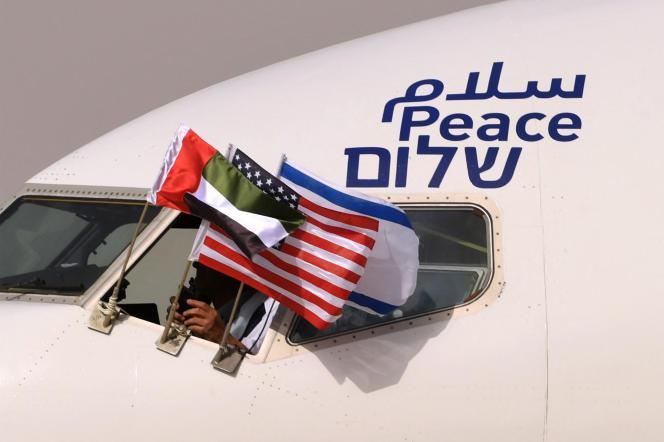 Las banderas de los Emiratos, estadounidenses e israelíes, en un avión israelí, con la palabra