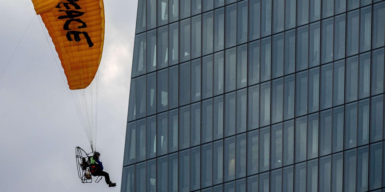 Greenpeace investit le toit de la Banque centrale européenne en parapente - Le Monde