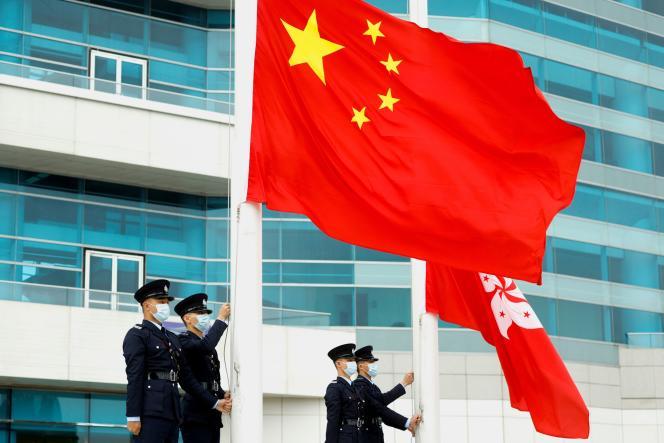 Cérémonie de levée des drapeaux chinois et hongkongais, sur Golden Bauhinia Square, à Hongkong, le 11 mars 2021.