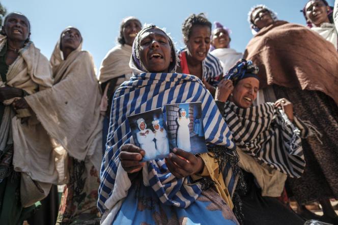 Äthiopische Frauen trauern um ihre Angehörigen nach einem Massaker, das eritreischen Soldaten am 26. Februar 2021 im Dorf Dengolat in der Region Tigray zugeschrieben wurde.