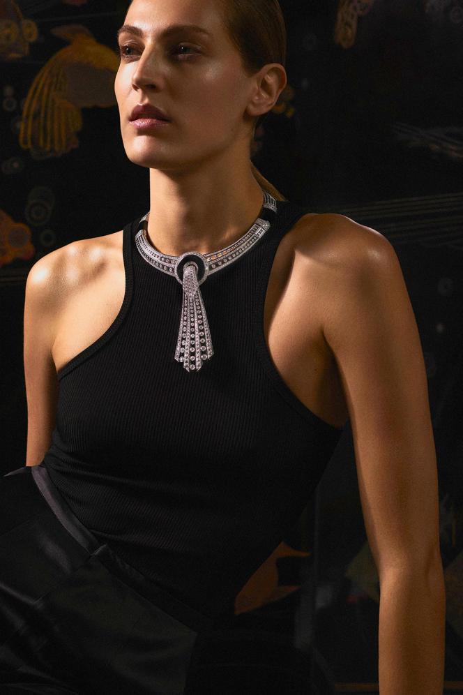 Une image réalisée par l'agence pour la collection de haute joaillerie 2021 Histoire de style, Art Déco de Boucheron.