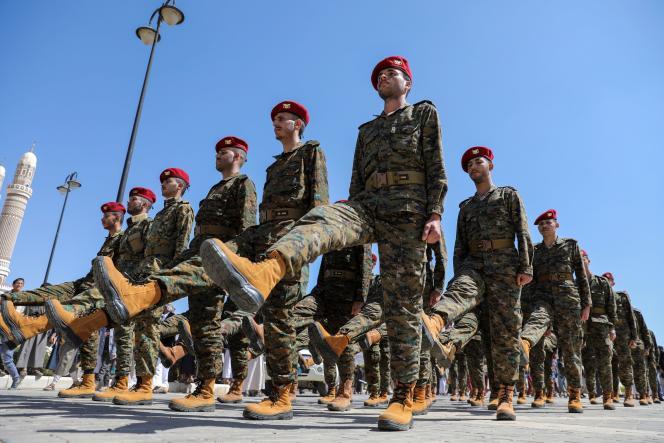 Los soldados hutíes marchan en una procesión fúnebre por los combatientes hutíes muertos en los recientes combates contra las fuerzas gubernamentales en la provincia de Marib, Sanaa, Yemen, el 17 de febrero de 2021.
