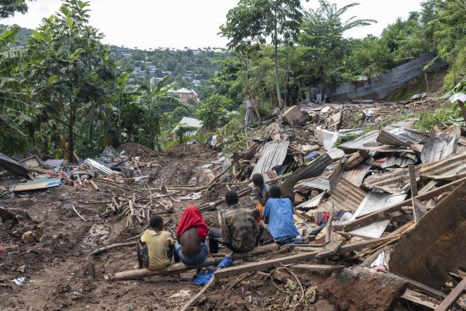 Des enfants dans les ruines du quartier Jamaïque, après la destruction de leur bidonville par les autorités,à Koungou (Mayotte), le 8 mars 2021.