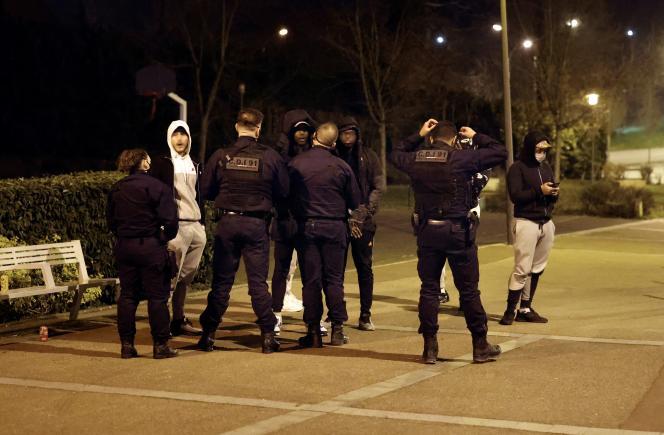 Patrouille de police à Quincy-sous-Sénart (Essonne), le 24 février.