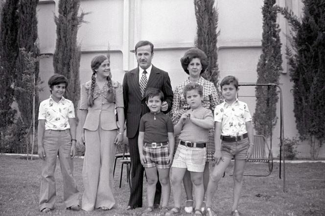 El clan Assad en Damasco, 4 de junio de 1974. De izquierda a derecha: Bassel, Bouchra, Hafez, Maher, Majd, Anisa y Bashar.