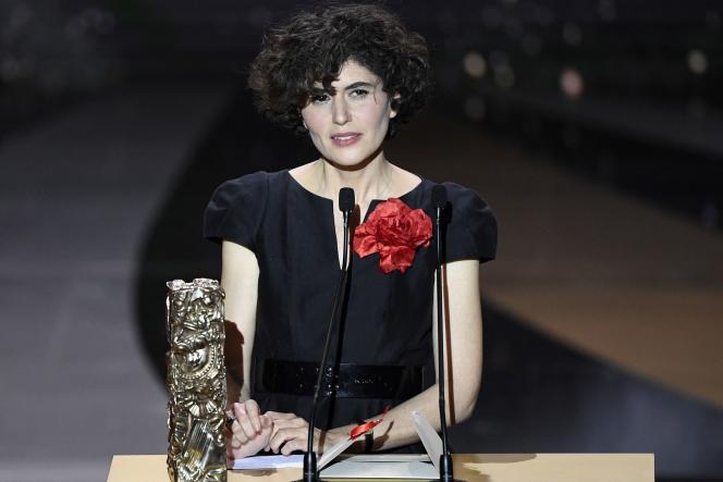 Catherine Bozorgan, la productrice du film« Adieu les cons» qui a récolté sept récompenses à la cérémonie des Césars, est venue sur la scène de l'Olympiaau nom du réalisateur Albert Dupontel, absent, vendredi 12 mars, à Paris.