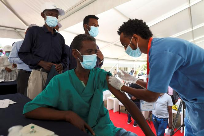 Un Ethiopien reçoit une injection du vaccin AstraZeneca dans un hôpital d'Addis-Abeba, le 13mars 2021.