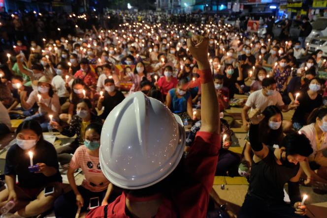 Des manifestants dénoncent le coup d'Etat militaire à Rangoun, le dimanche 14 mars 2021.