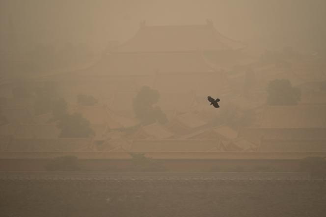 La Ciudad Prohibida casi desapareció en la niebla después de la tormenta de arena que azotó el norte de China el lunes 15 de marzo de 2021.