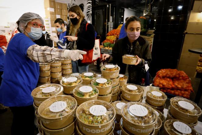 A Paris, le 28 janvier, des étudiants reçoivent de la nourriture et quelques articles sanitaires de l'association Linkee, qui propose gratuitement à tous les étudiants, boursiers ou non, des paniers de nourriture ou des repas déjà préparés, deux fois par semaine.