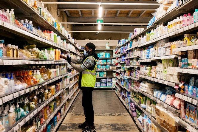 A l'intérieur du«dark store»de Monoprix, situé dans le 13ème arrondissement de Paris, le 12 mars.
