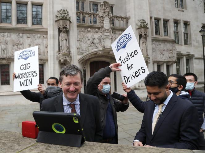Des chauffeurs Uber du syndicat ADCU saluent la décision de la Cour suprême de les considérer comme des salariés, à Londres, le 19 février.