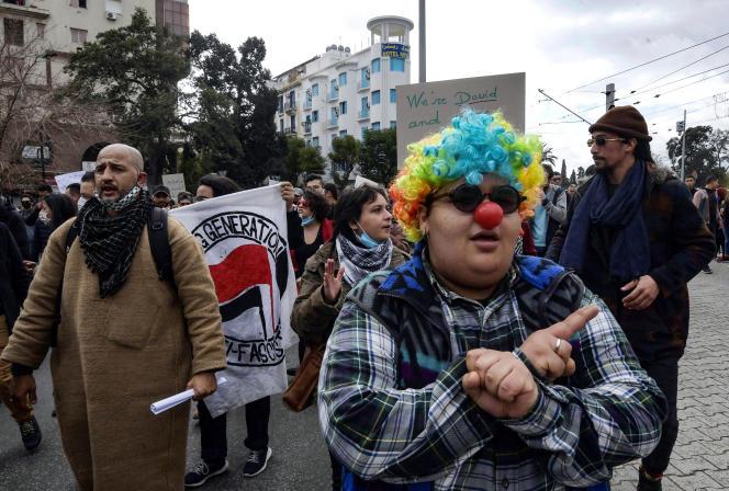 La militante féministe Rania Amdouni déguisée en clown lors d'une manifestation anti-gouvernementale à Tunis, le 23janvier 2021.