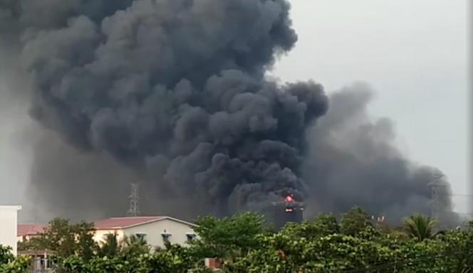 Une usine chinoise en feu dans la zone industrielle de Hlaing Thar Yar, au Yangon, en Birmanie, le 14 mars 2021.
