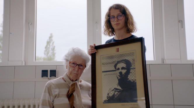 Colette Marin-Catherine et la jeune Lucie, qui l'accompagne dans le documentaire «Colette».