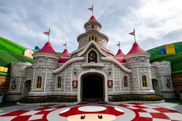 Le château de Peach du parc Super Nintendo World.